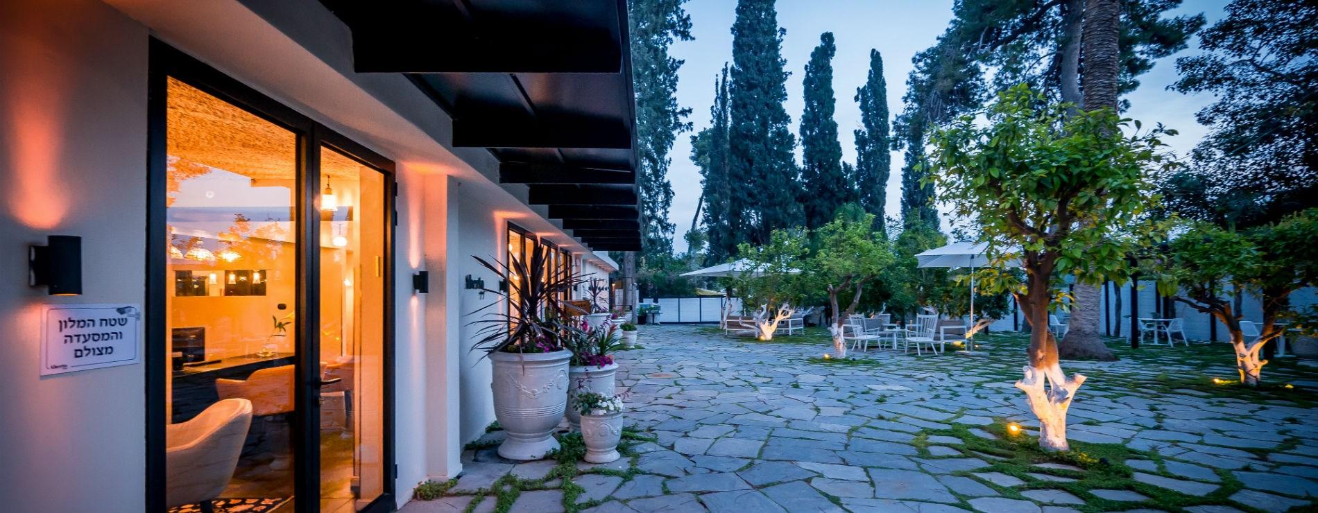 חצר מלון ליר