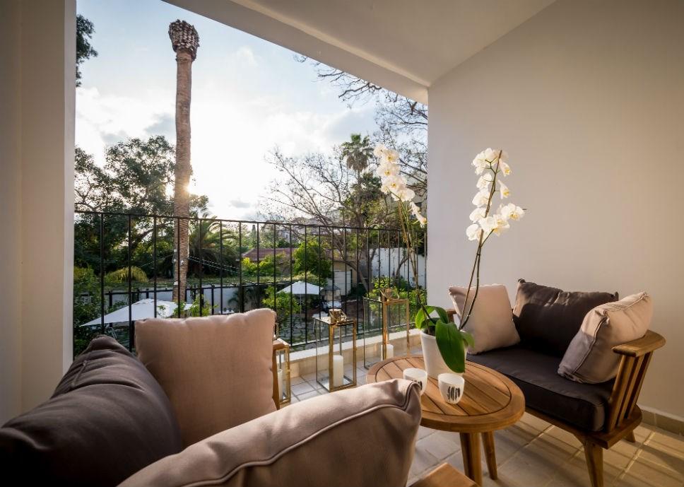 כורסאות במרפסת חדר גארדן -מלון ליר
