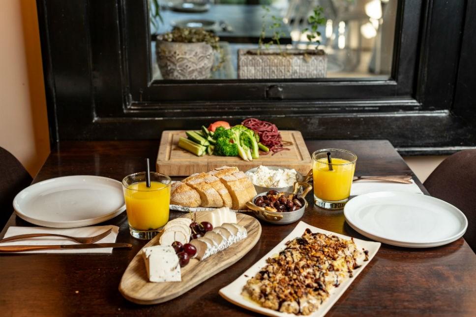 ארוחת בוקר עשירה במלון ליר