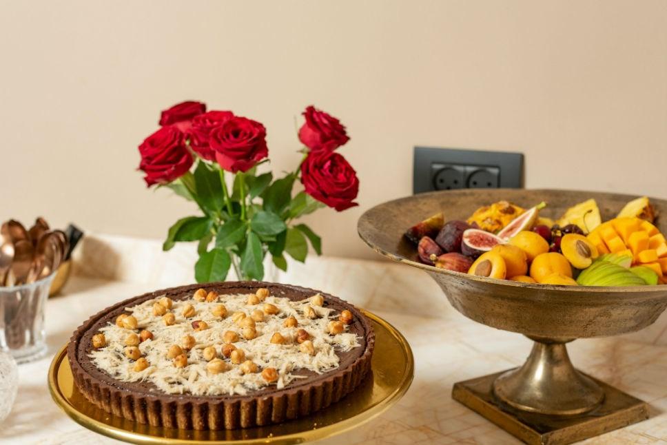 עוגת פאי וקערת פירות